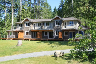Lake front vacation homes Vancouver Island