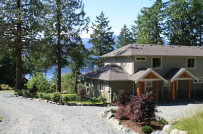 Lakefront vacation homes Vancouver Island